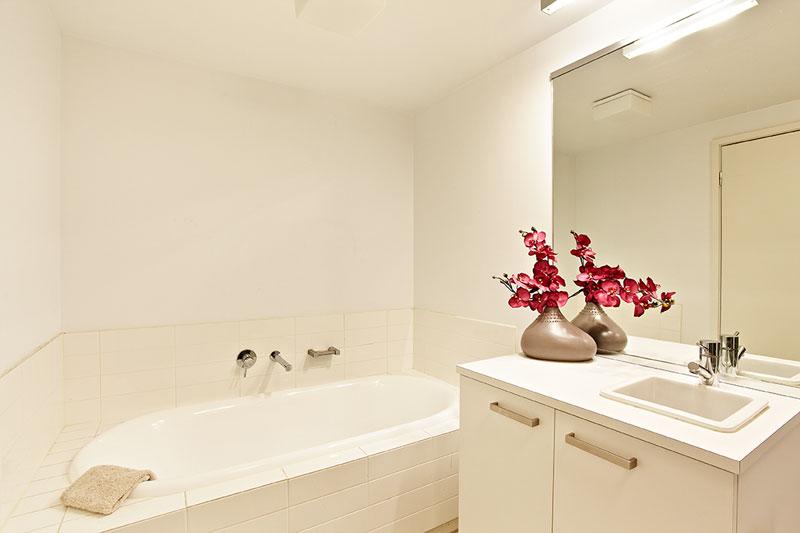 T01_159BeachSt_bathroom