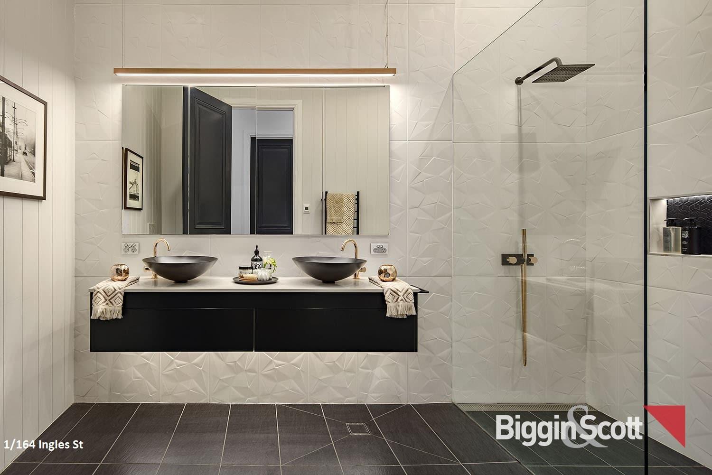 1_164_inglesst_main-bathroom